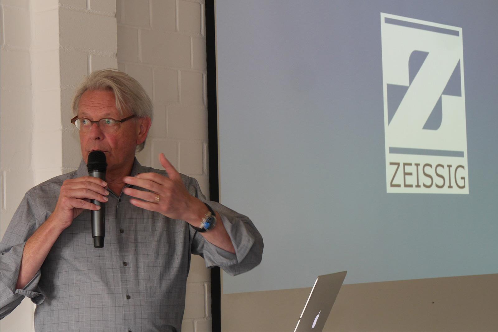 Geschäftsführer Hartmut Zeissig verabschiedet das alte Logo