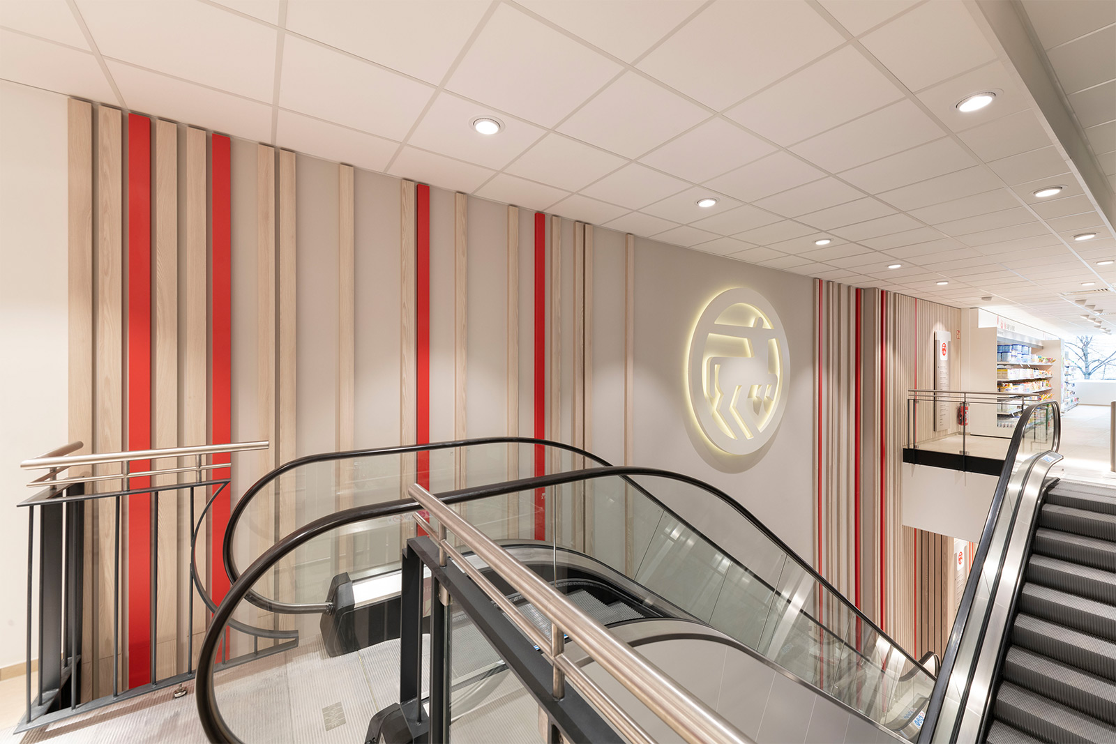 Rossmann Filiale Nürnberg Realisierung der Lamellenfassade im Treppenhaus